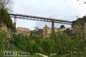 Vista del Puente de San Pablo de Cuenca desde la ribera del Huécar.